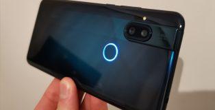 Takaa One Hyper on pelkistetty. LED-ilmoitusvalo sormenjälkilukijassa on hauska lisä.