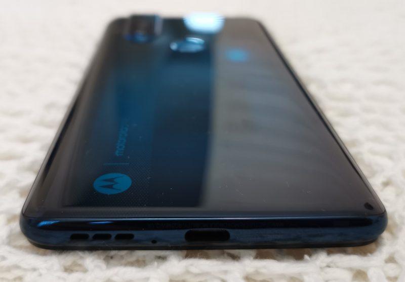 Puhelimessa on yksi kaiutin ja USB-C-liitäntä. Yläreunassa on myös erillinen 3,5 millimetrin kuulokeliitäntä.