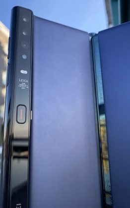 Mate Xs:ssä on neljä kameraa. Rakenteen lukitus avautuu kameroiden alapuolelta punaviivaisesta painikkeesta.