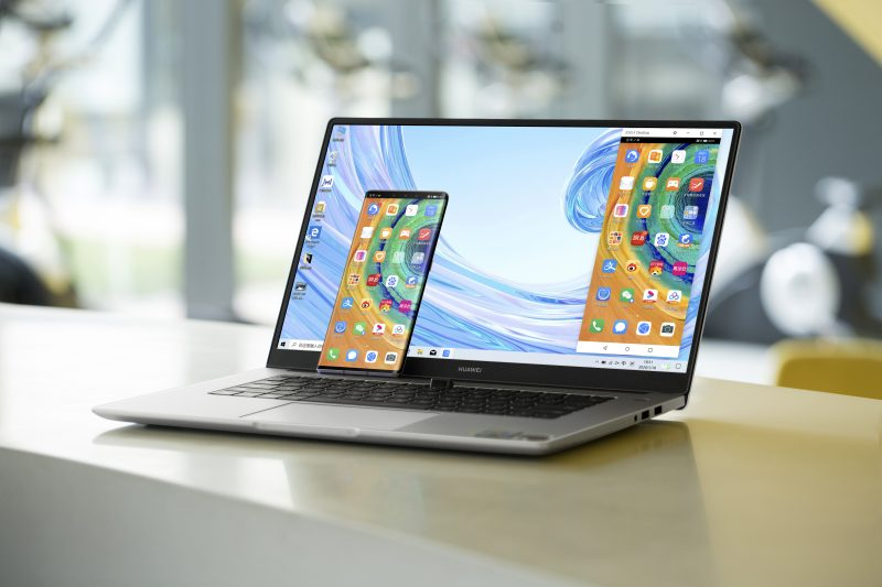 """Älypuhelimen ruudun voi jakaa tietokoneen näytölle. Kuvassa MateBook D 15""""."""