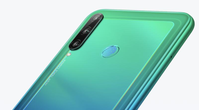 Huawei Y7p:ssä on kolme takakameraa ja myös sormenjälkilukija löytyy takaa.