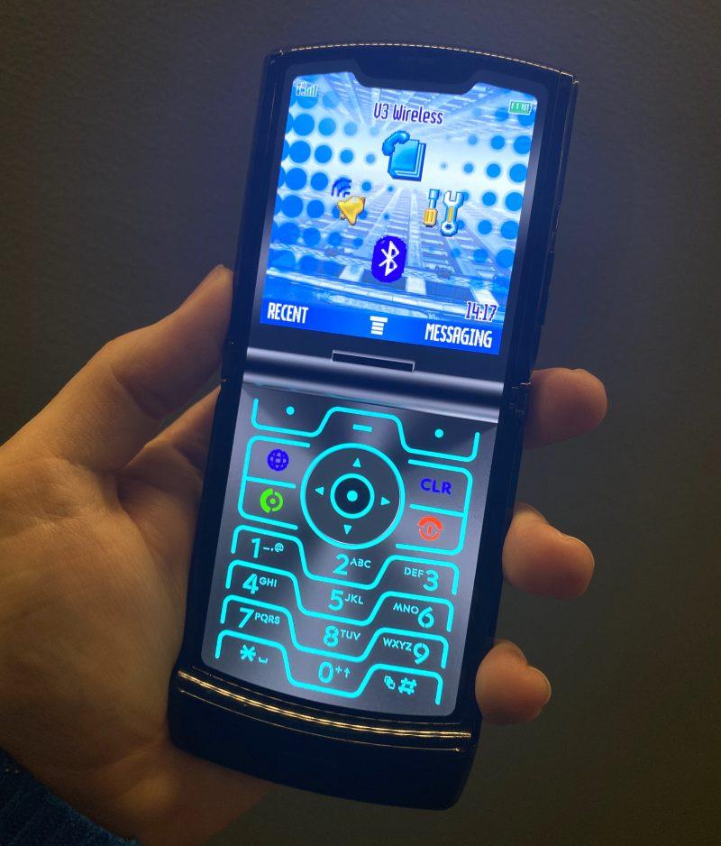 """Uudessa Motorola razrissa on myös """"retromoodi"""", jolla näytölle ilmestyy alkuperäistä mallia muistuttavat painikkeet ja valikot."""