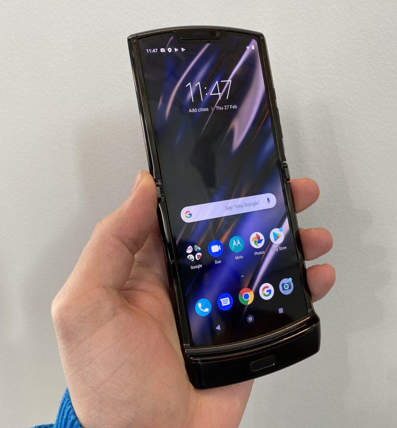Motorola razrin näytössä ei silmällä erota merkittävää epätasaisuutta taitoskohdassa.