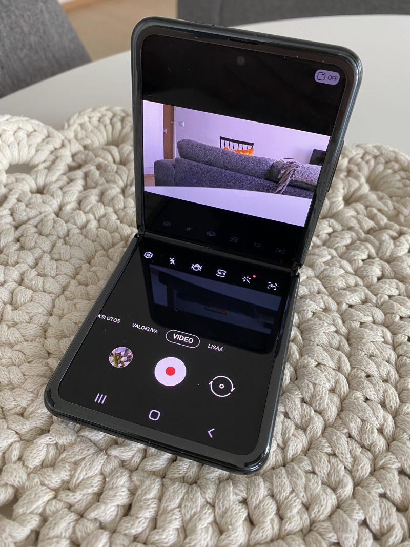 Galaxy Z Flipillä voi kuvata 16:9-videota, vaikkei puhelin ole vaaka-asennossa.