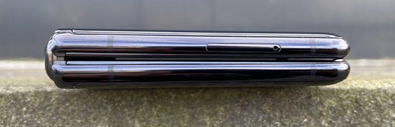 Vasemmalta kyljeltä löytyy ainoastaan SIM-korttipaikan luukku.