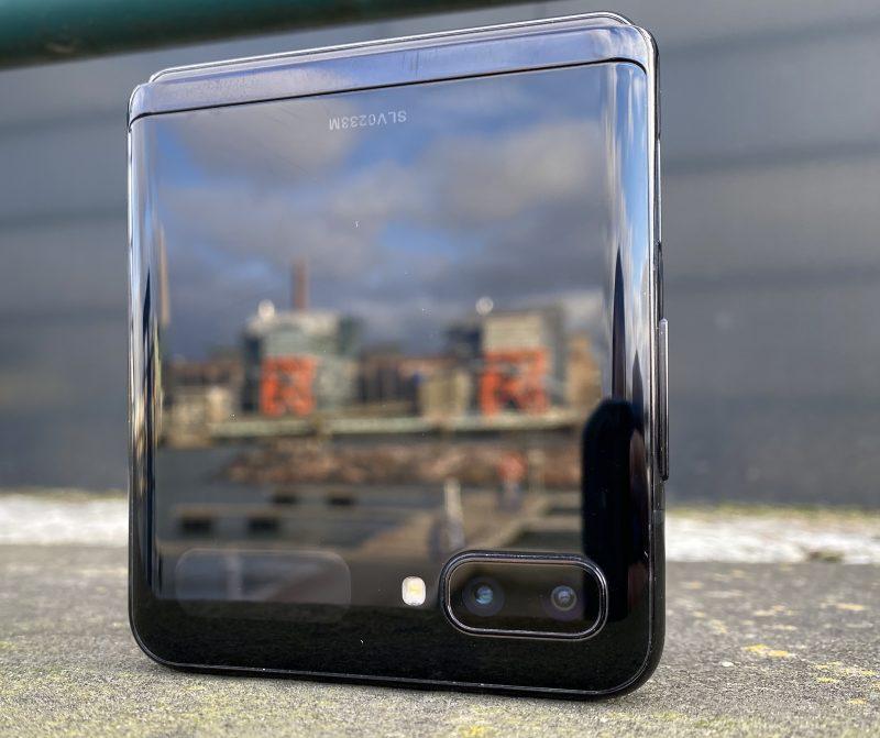 Galaxy Z Flipin värivaihtoehdon nimi on kiiltävä musta, Mirror Black, ja nimensä veroisesti pinta on erittäin kiiltävä.