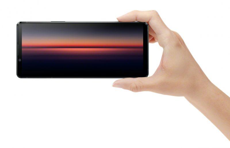Sony Xperia 1 II erottuu edelleen huippupuhelinten joukosta 21:9-kuvasuhteen näytöllään.