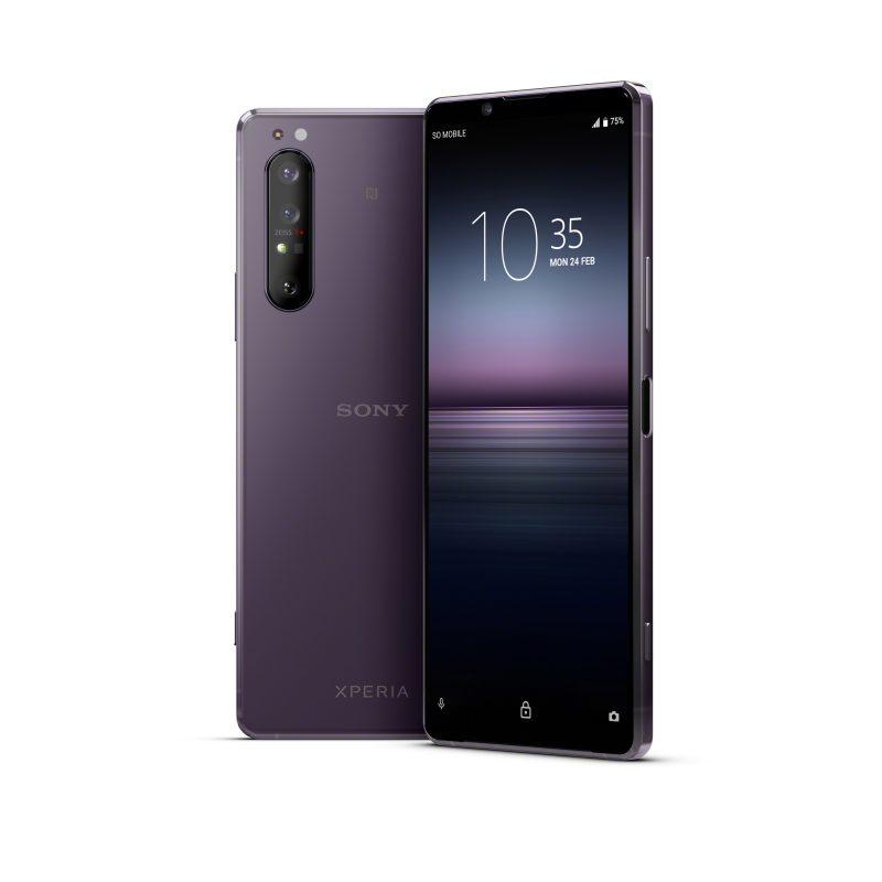 Sony Xperia 1 II violettina värivaihtoehtona. Huomaa ZEISS-brändäys kameroiden yhteydessä.