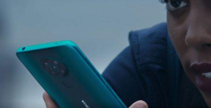 Todennäköisesti Nokia 5.3 -mallinimen saava uutuuspuhelin 007-naisagenttia näyttelevän Lashana Lynchin kädessä.