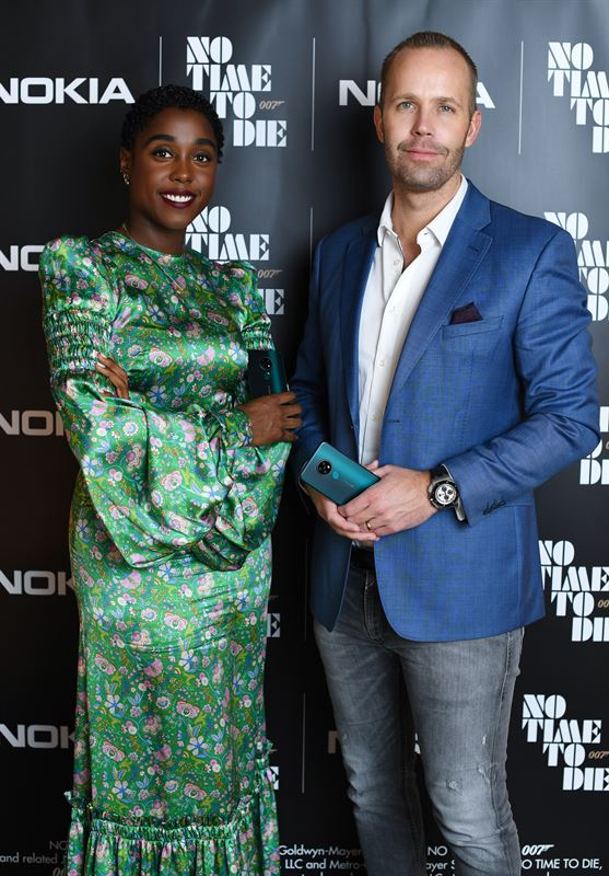 007-agentti Nomia näyttelevä Lashana Lynch ja HMD Globalin tuotejohtaja Juho Sarvikas.
