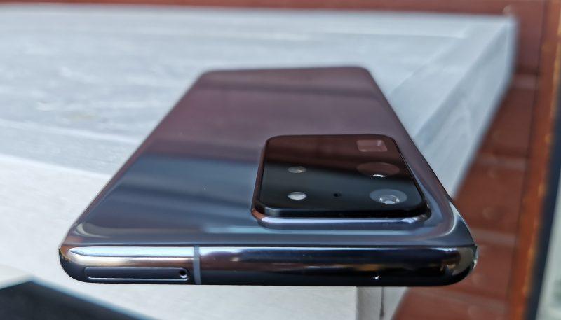 Kookas kamerakomponentti kohoaa puhelimen rungosta hieman.