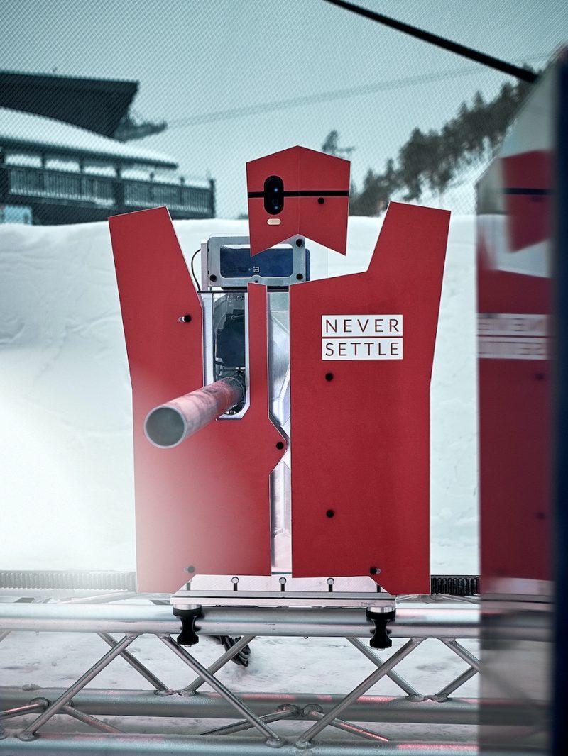 OnePlussan rakennuttama Snowbot-robotti ampuu lumipalloja jopa 193 km/h -lähtönopeudella. Robotti tunnistaa osumat kolmeen eri punaiseen osaansa tunnistinten avulla.