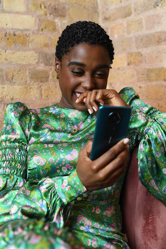 Uusi Nokia-älypuhelinmalli Lashana Lynchin käsissä.