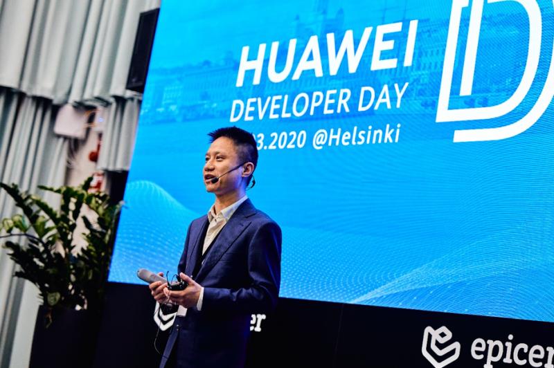 Huawein kuluttajaliiketoiminnan Suomen johtaja Roger Yu.