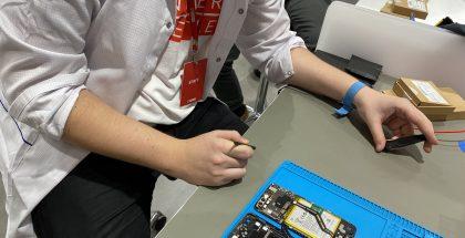 OnePlus-puhelimen korjaus työn alla.