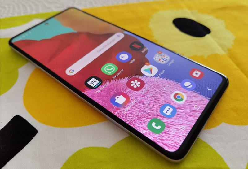 Näyttöpaneelit ovat Samsung-puhelinten tuttuja vahvuuksia, eikä Galaxy A51 ole poikkeus.