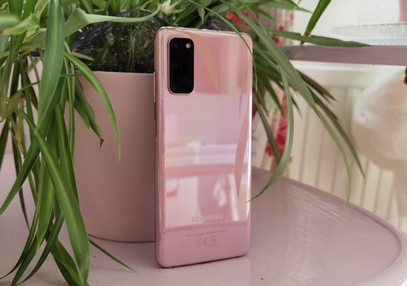 Samsung Galaxy S20 5G tuntuu kädessä hyvin sirolta ja keveältä.