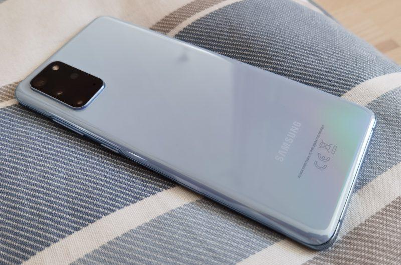Samsung Galaxy S20+ 5G on hieman kookkaampi, mutta silti kevyt.