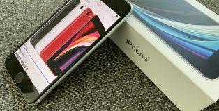 Uusi iPhone SE muistuttaa ulkoisesti iPhone 8:aa. Etupuolella on tuttu 4,7 tuuman näyttö ja Touch ID -kotipainike.
