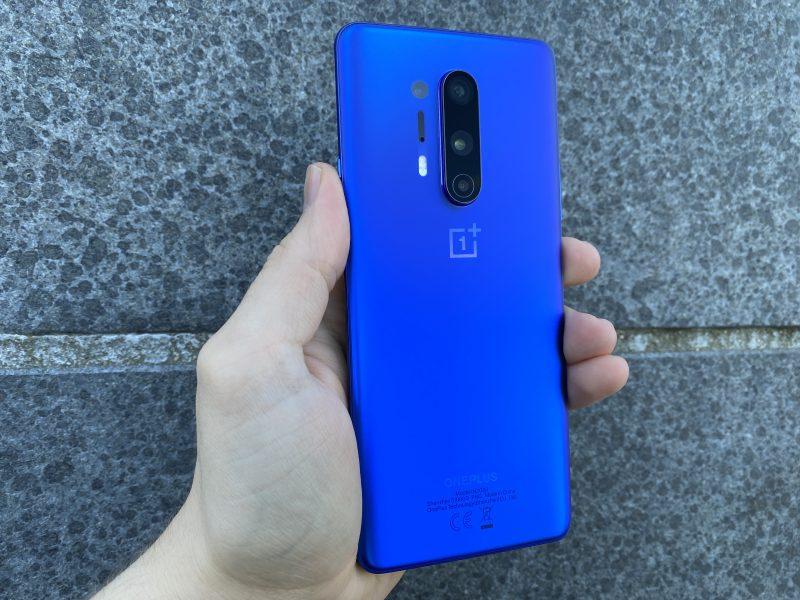 OnePlus 8 Pron tummansininen Ultramarine Blue -värivaihtoehto erottuu älypuhelinten massasta.
