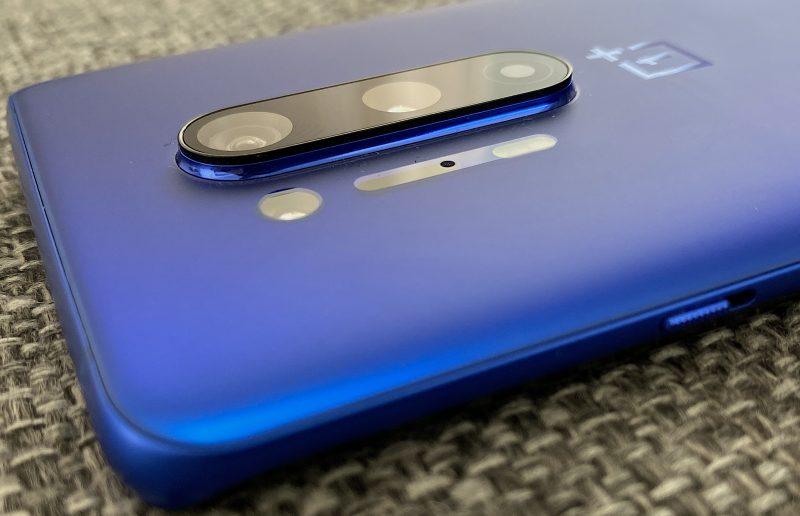 OnePlus 8 Pron kamerakohouma kohoaa varsin merkittävästi ja jyrkkäreunaisesti muusta takapinnasta,.