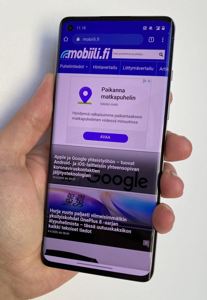 OnePlus 8:n 6,55 tuuman Fluid AMOLED -näyttö 90 hertsin virkistystaajuudella tarjoaa mukavan käyttökokemuksen.