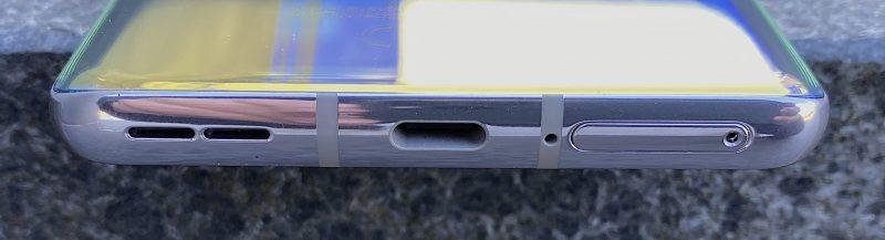 Pohjasta löytyy kaiutin, USB-C-liitäntä ja mikrofoni.