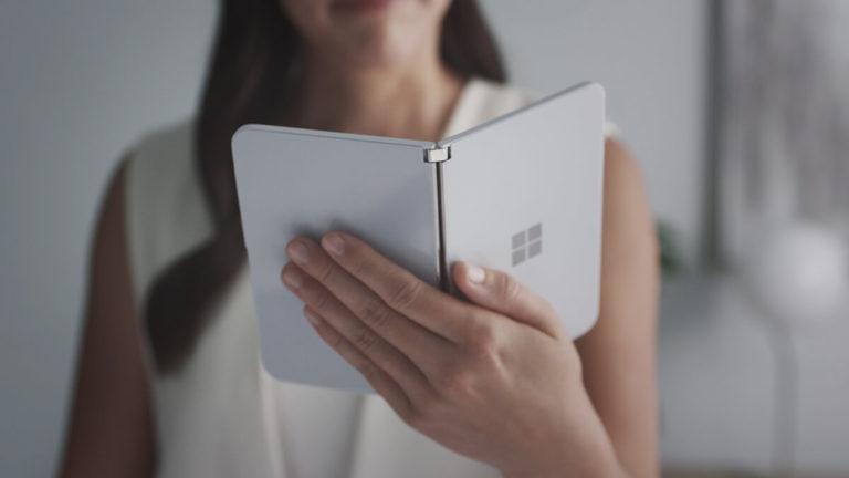 Surface Duo avautuu kirjan tavoin.