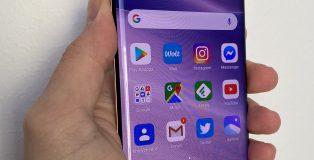 Xiaomi Mi 10 Pro on varustettu 6,67 tuuman ja 90 hertsin AMOLED-näytöllä, jossa on pienikokoinen reikä etukameralle.