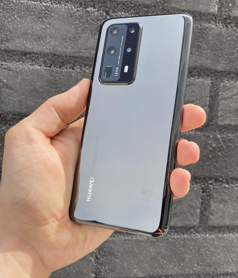 Huawei P40 Pro+ on takaa keraamipintainen lasin sijaan. Kamera-alue on kookas mutta sillä sijaitsevatkin kokonaisuutena parhaimmat kamerat mitä älypuhelimissa on nähty.
