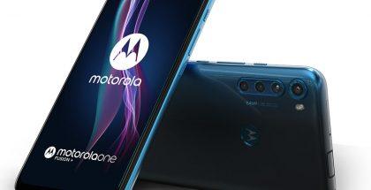 Motorola One Fusion+ tummansinisenä.