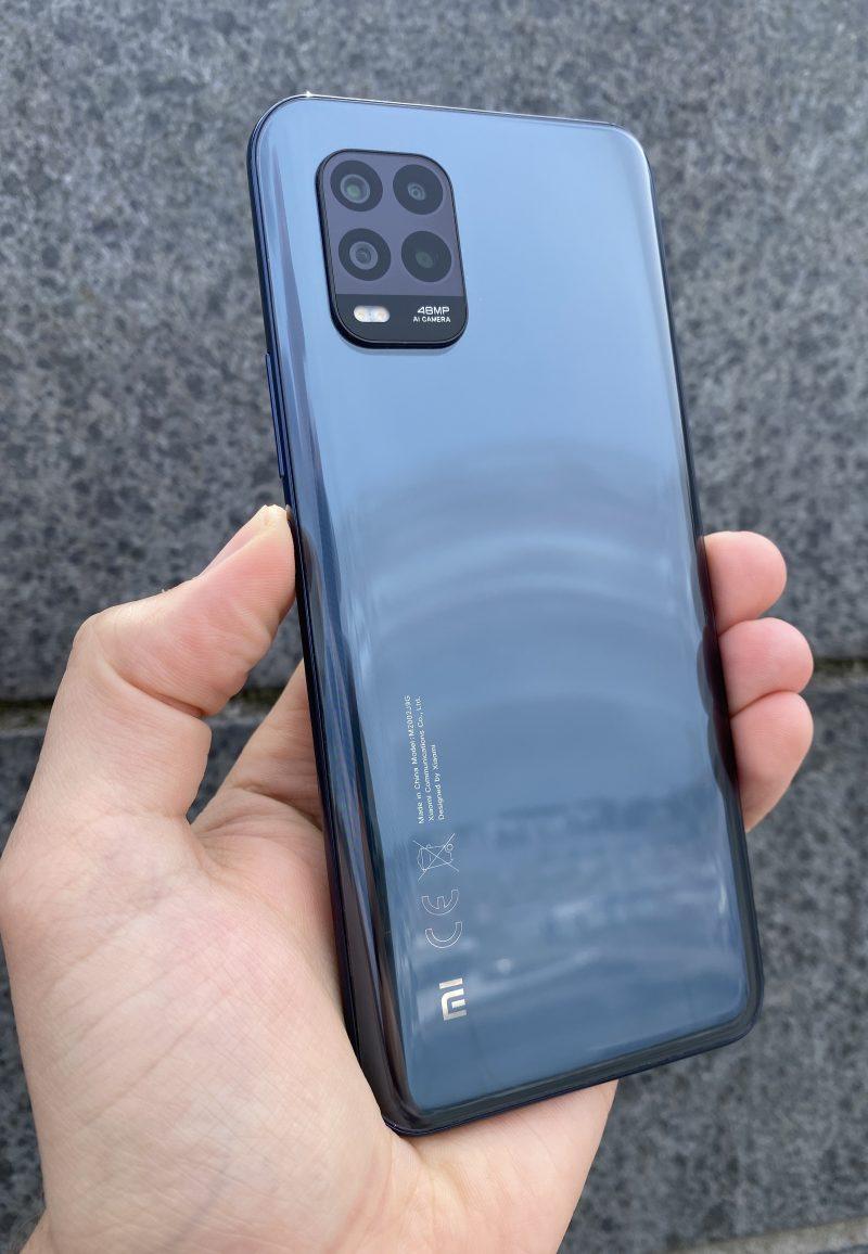 Takaa lasipintainen Xiaomi Mi 10 Lite 5G on kokonaisuutena tyylikäs puhelin.