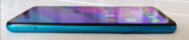 Vasemmalla on SIM-korttiritilä. Puhelimen mahtuu kaksi SIM-korttia ja microSD-muistikortti samanaikaisesti.
