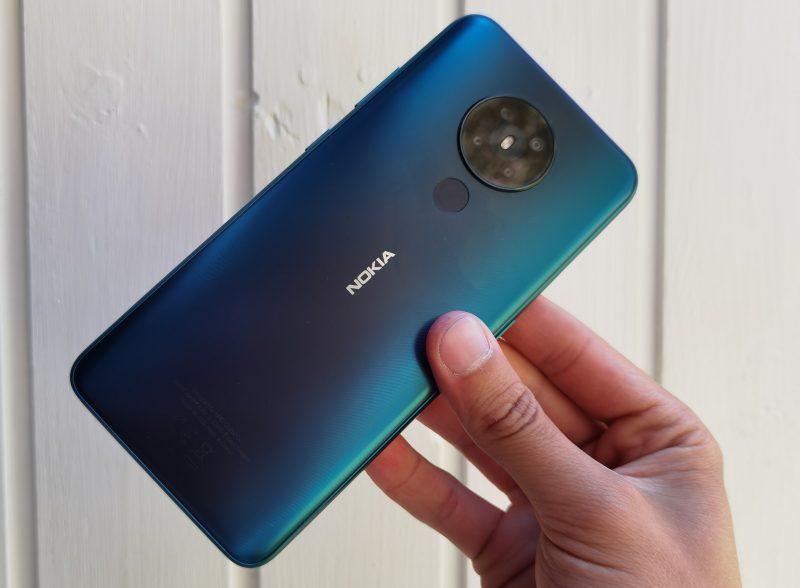 Nokia 5.3:n komposiittimaiseksi päällystetty takakuori on pelkistetty.