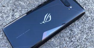 ROG Phone 3:n muotoilu on lopulta hillittyä. Näyttävää ulkonäköä on haettu takalasipinnan kuvioinnilla ja valaistuksella.