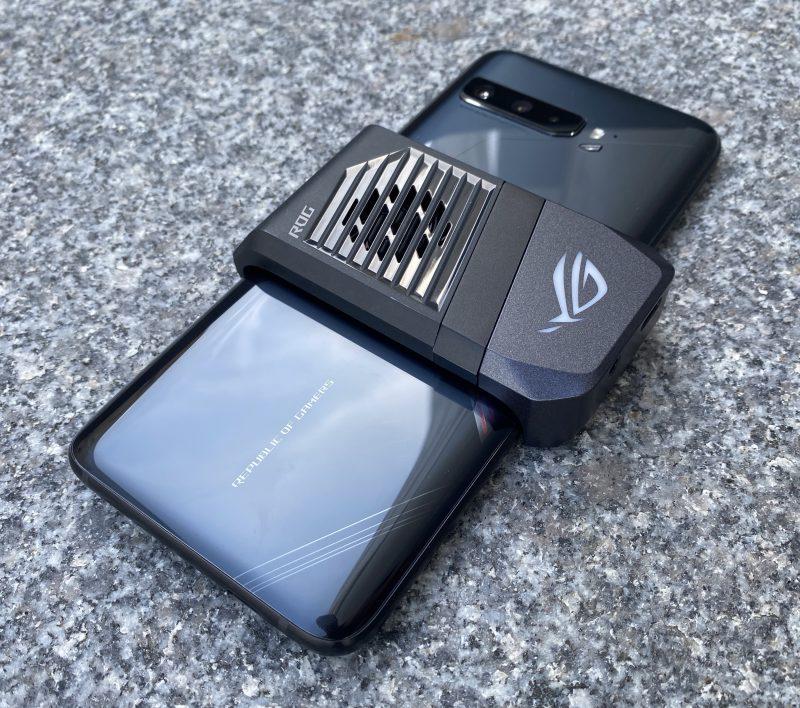AeroActive Cooler 3 -lisäosa kiinnitettynä ROG Phone 3:een.