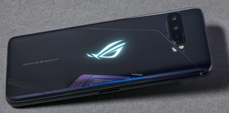 ROG Phone 3:n lasisen takapinnan alta löytyy ROG-logo RGB LED -valoilla.