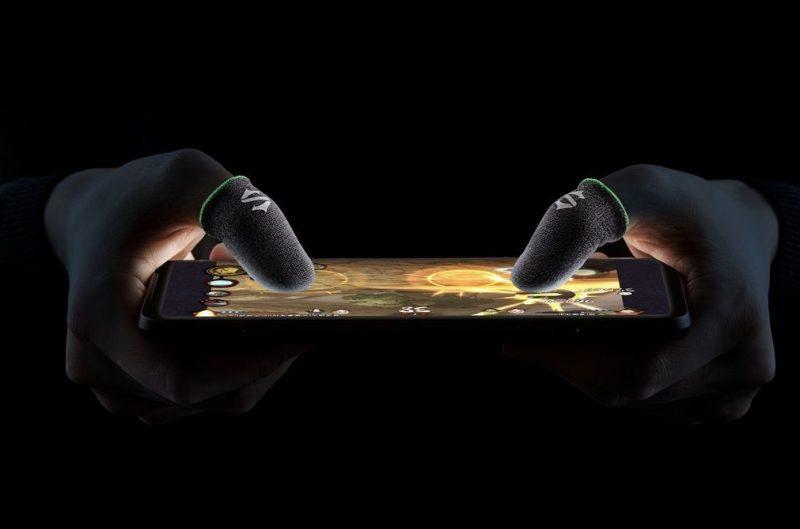 """Black Shark myy pelipuhelimensa varusteeksi myös peukalonpäät peittäviä """"sormikkaita""""."""