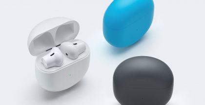 Täyslangattomat OnePlus Buds -kuulokkeet ja latauskotelo eri väreissä.