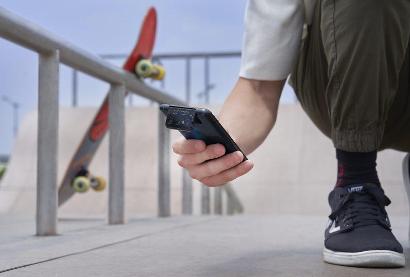Eri asentoihin kääntyvät kamerat voivat helpottaa kuvaamista ZenFone 7 -puhelimilla erikoisemmissa asennoissa.
