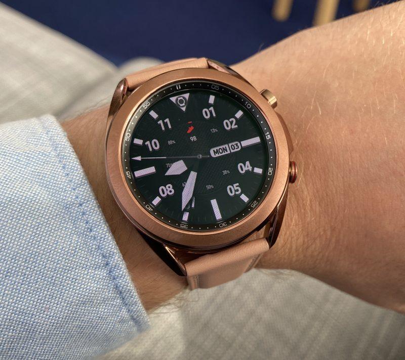 Galaxy Watch3:n pienempi malli pronssivärinä.