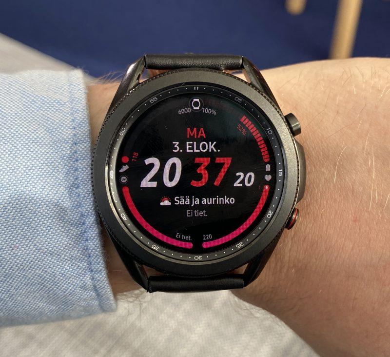 Galaxy Watch3:n suurempi malli mustana värinä.