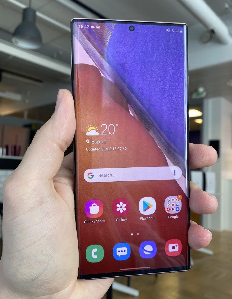 Kevyesti kaartuvan Galaxy Note20 Ultran näytön reunukset ovat erittäin pienet.