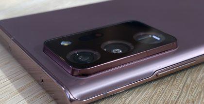 Galaxy Note20 Ultran kamera-alue kohoaa selvästi muusta takapinnasta.