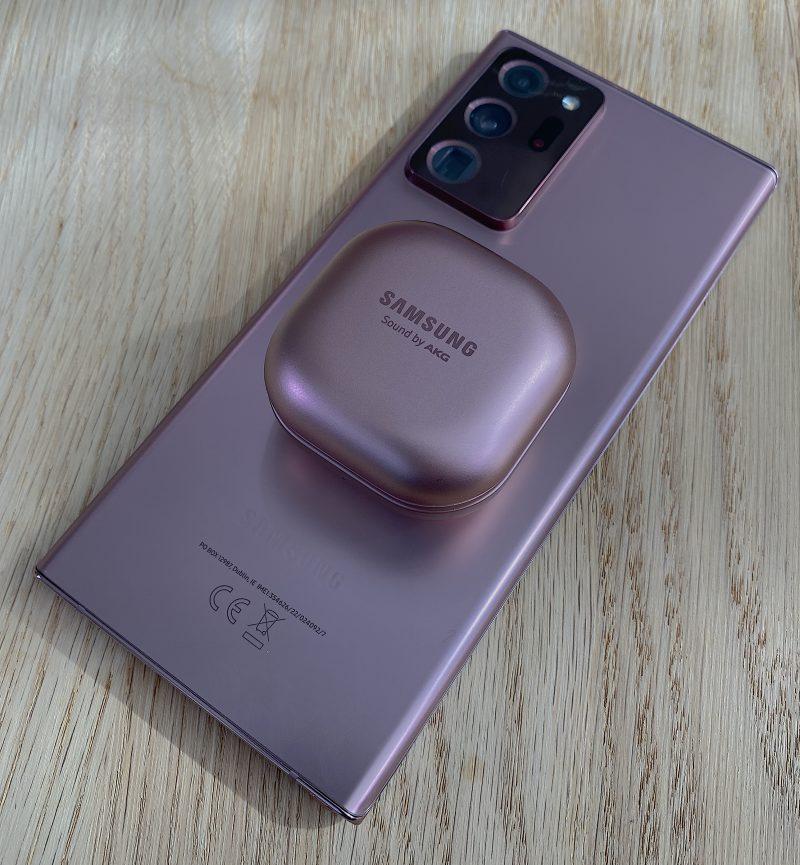 Galaxy Buds Live -kuulokkeiden latauskotelon lataaminen onnistuu langattomasti myös esimerkiksi langatonta virranjakoa tukevien Samsung-puhelinten takapinnan päällä.