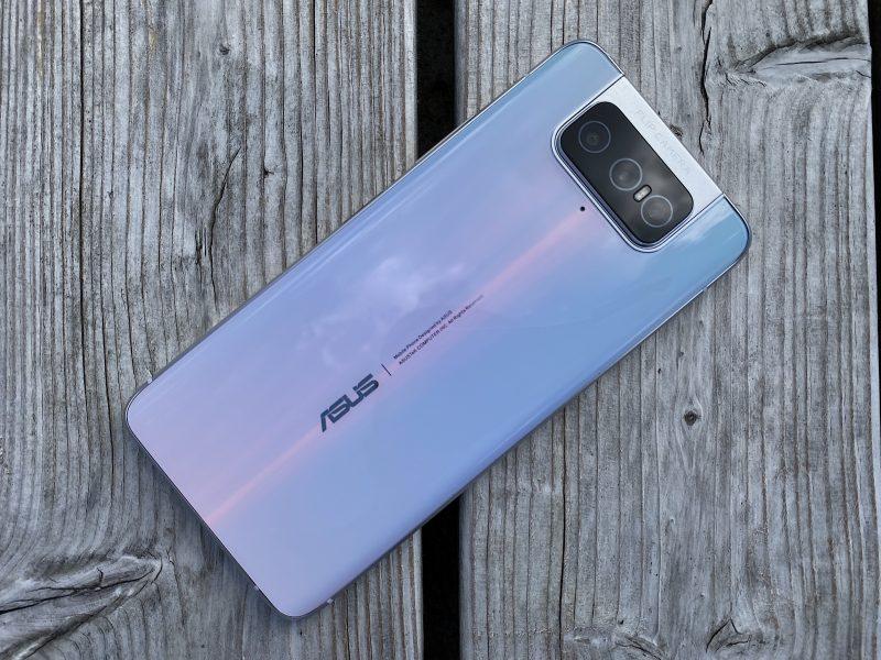 ZenFone 7 Pron vaalea väri ei ole täysin tasainen, vaan siinä on tyylikäs vivahdus violettia.