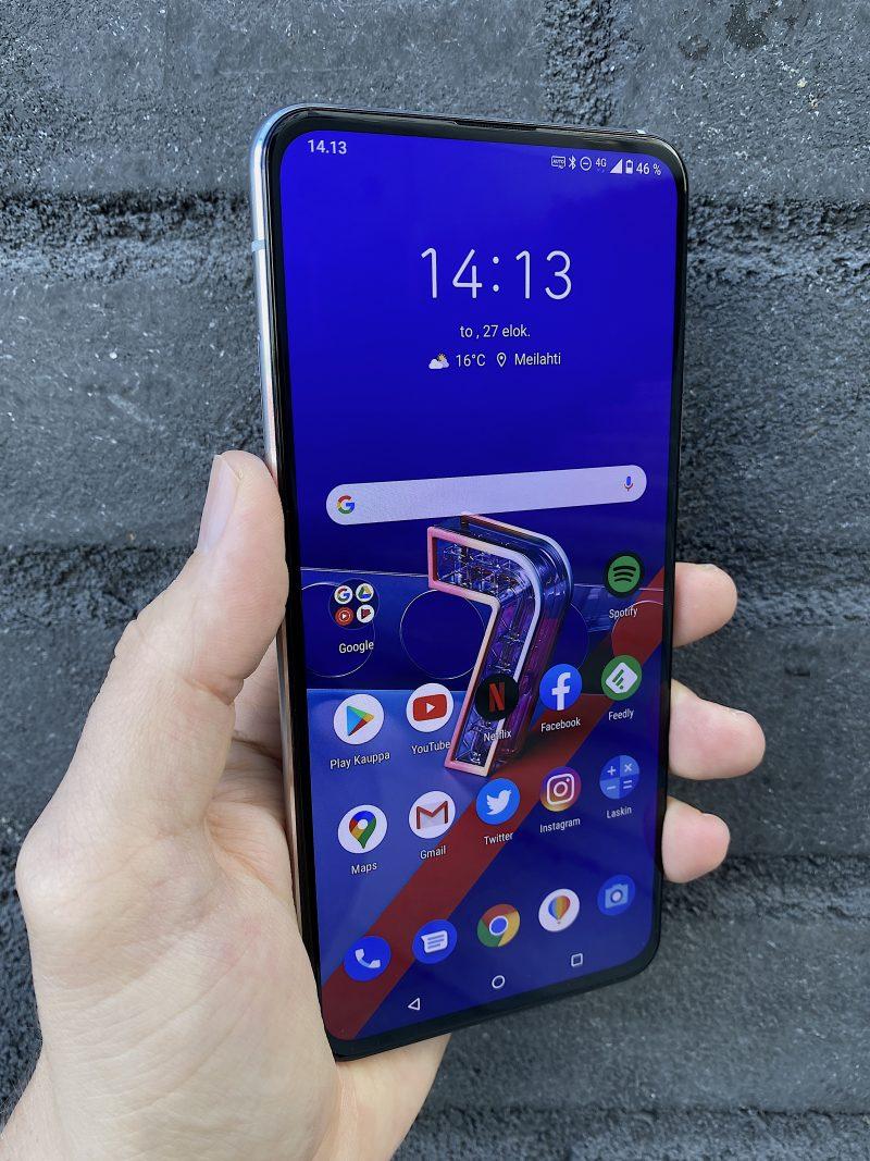 ZenFone 7 -puhelimissa on kookas ja hyvä 6,67 tuuman näyttö. Itse puhelinkin on kuitenkin varsin kookas.