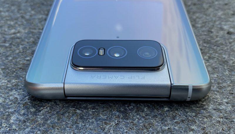 ZenFone 7 Pron kääntyvä kameramoduuli suljettuna.