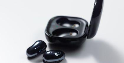 Nykyiset Galaxy Buds Live -kuulokkeet mustana.