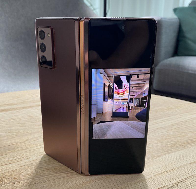 Takakameran esikatselukuva näkyvissä Galaxy Z Fold2:n kansinäytöllä.
